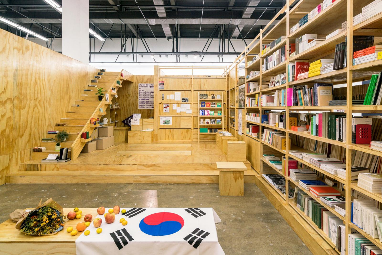 Dora García /Nokdu bookstore for the living and the dead/, 2016 in Zusammenarbeit mit The Book Society, Architektur: Olga Subirós