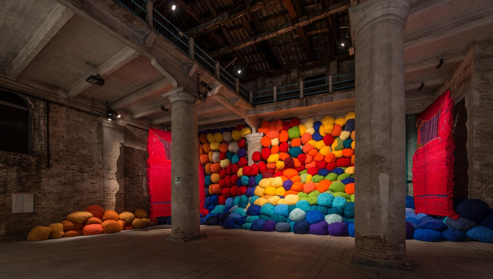 Sheila Hicks Saclata al di la dei terreni cromatici/Escalade Beyond Chromatic Lands   (2016-2017, installation view) Photo: Andrea Avezzú