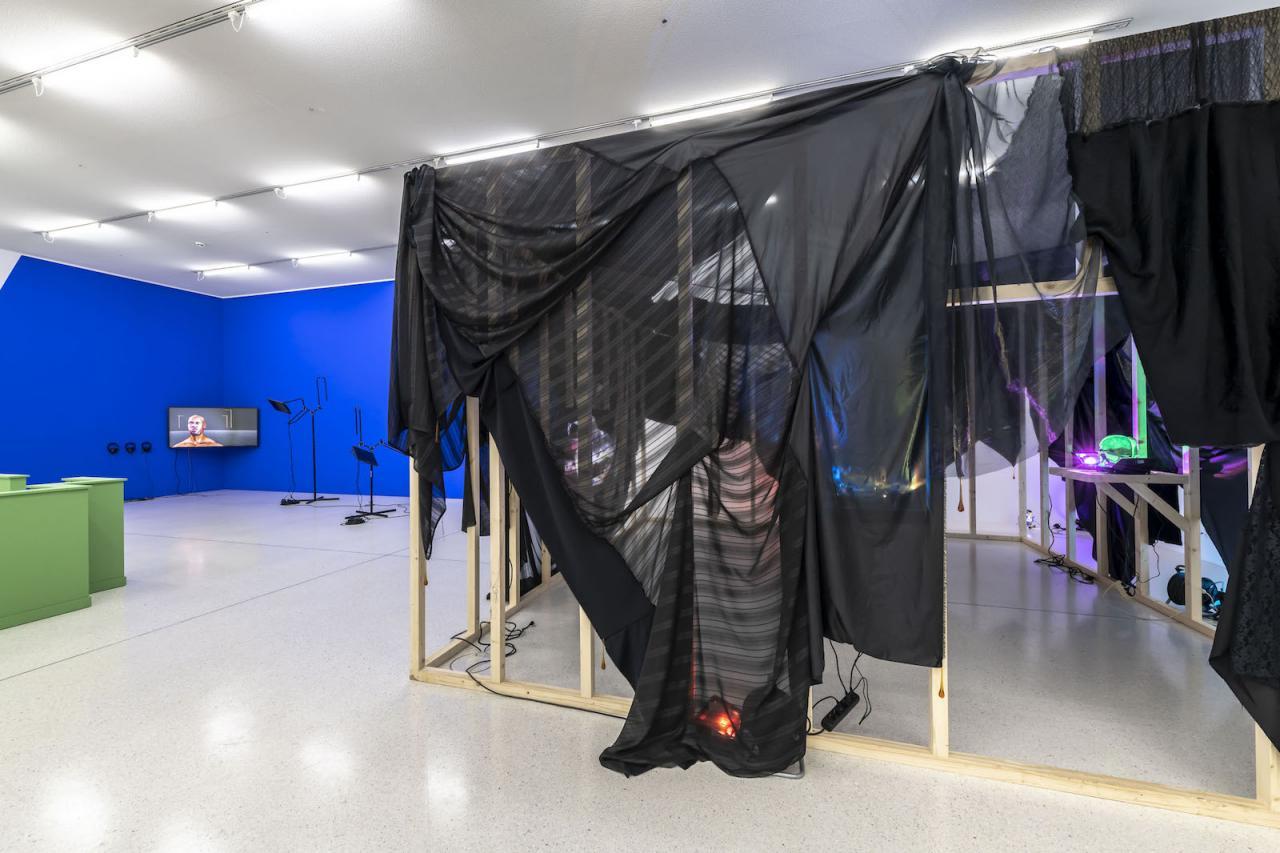 Right: Andreas Angelidakis Installation view at Westfälischer Kunstverein, 2018;Photo: Thorsten Arendt