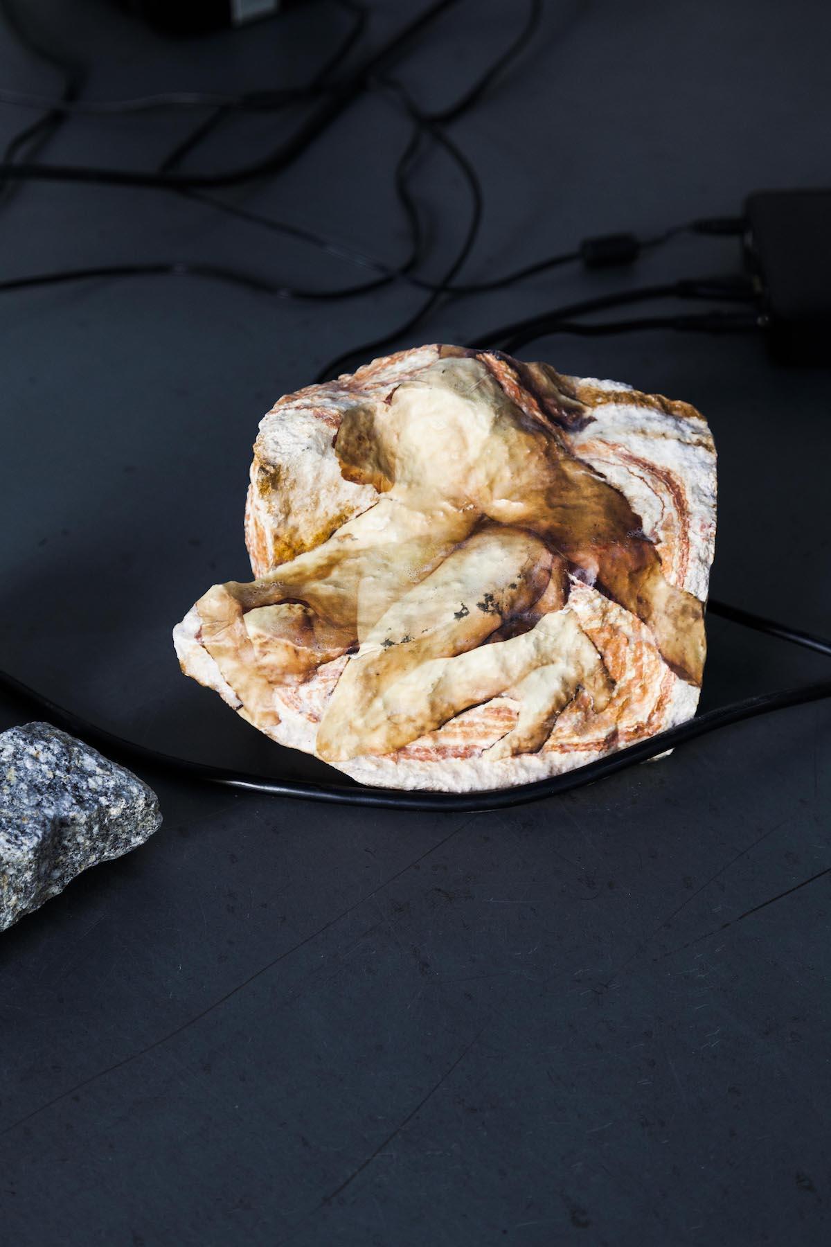 Aura Rosenberg Statues Also Fall In Love: Version II for Unklarheit Ist Die Neue Gewissheit, Unentschiedenheit DasNeue Urteil,Courtesy the artist