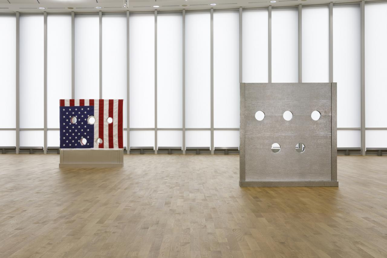 On the left: Cady Noland, Gibbet (1993/1994) Courtesy The Brant Foundation, Greenwich,Connecticut (US) On the right: Cady Noland, Beltway Terror (1993/1994) Courtesy The Brant Foundation,Greenwich, Connecticut (US) Installation view MUSEUM MMK FÜR MODERNE KUNST;Photo: Axel Schneider