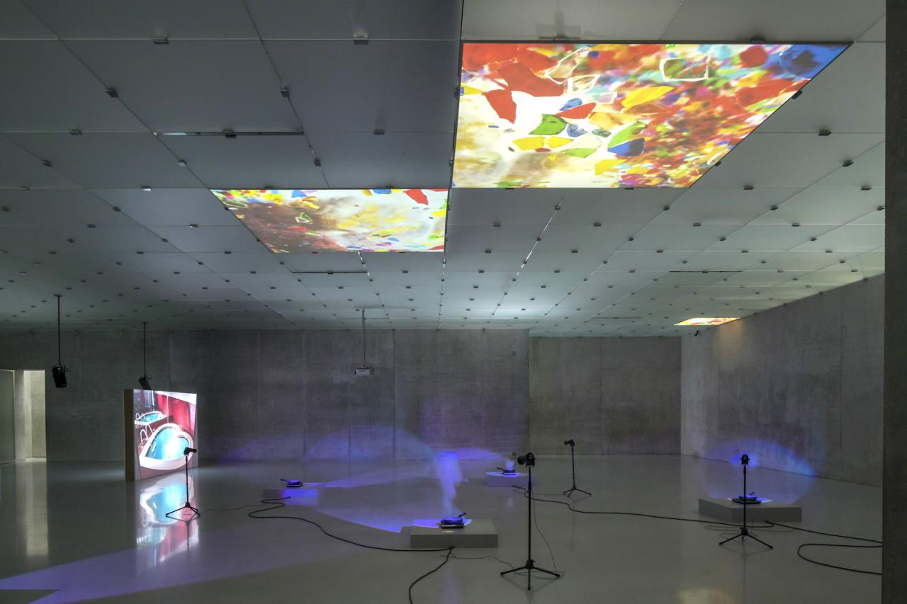 "Mika Rottenberg ""Untitled Ceiling Projection"" (2018) Zweikanal-Videoinstallation, Maße variabel Courtesy die Künstlerin, Goldsmiths CCA, London, Mambo – Museo d'Arte Moderna di Bologna & Kunsthaus Bregenz Foto: Markus Tretter"