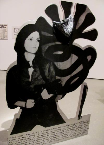 """Cady Noland ist ein Paradebeispiel für den Ausstieg aus der Kunstwelt, aber ihre Arbeiten zu den gewalttätigen Seiten Amerikas aus den 80ern und 90ern sprechen weiter zu uns. Das ist """"Tanya"""", benannt nach dem Pseudonym, das sich William Randolph Hearsts Enkelin gab, als sie der Symbionese Liberation Army beitrat, von der sie vorher gekidnappt worden war."""