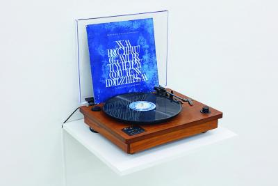 Gala Porras-Kim, Assobios e trans guração da, linguagem , 2012 LP album, cyanotype print, 30.5 x 30.5 cm