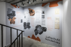 THE ARCHITECTURE OF DECEPTION kuratiert von Sam Bardaouil und Till Fellrath, artReoriented, BNKR München (04.03.20 – 19.07.20). Fotografie: Dominik Gigler.